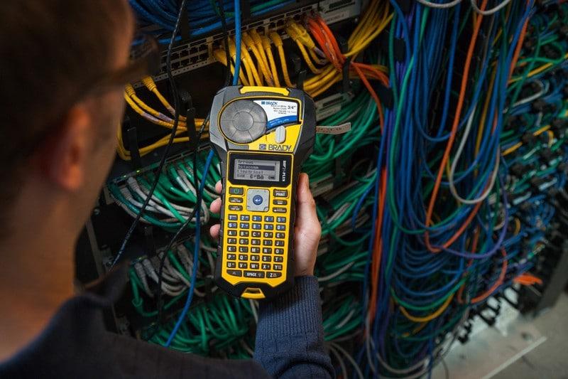Aplicaciones etiquetadora brady bmp21 - Identificación de cables eléctricos y de red.
