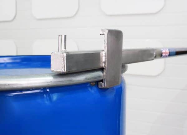 Barra para manipular bidones