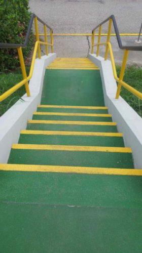 Antideslizante para escaleras industriales Barstep sobre una escalera de hormigón.