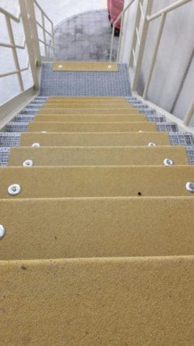 Escalera de tramex protegida con antideslizante
