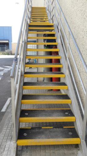 Antideslizante para escaleras industriales Barstep en una industria