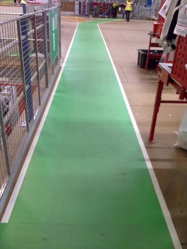 Pasillo interior autoadhesivo verde con líneas blancas