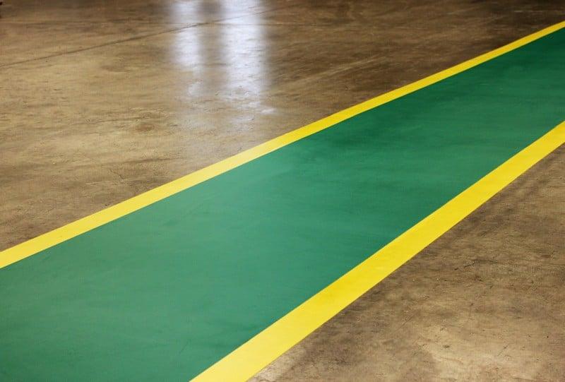 El acabado de los pasillos industriales adhesivos presenta una estética muy profesional.