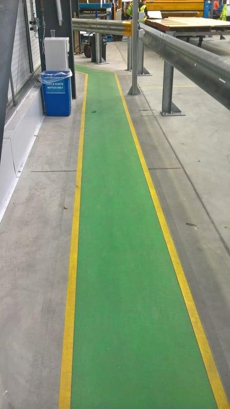 Los pasillos adhesivos se instalan sin necesidad de interrumpir el tránsito lo que repercute en una importante reducción de costes.