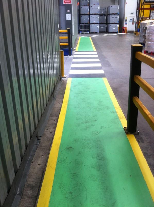 Los pasillos adhesivos para suelos industriales se instalan en una fracción del tiempo necesario para pintar.