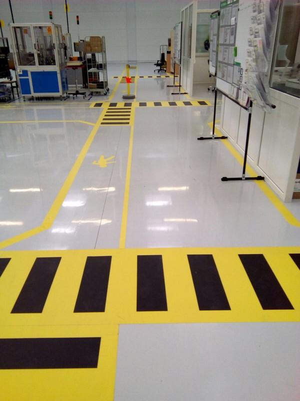 Los materiales autoadhesivos son una excelente alternativa a la pintura de suelos industriales.